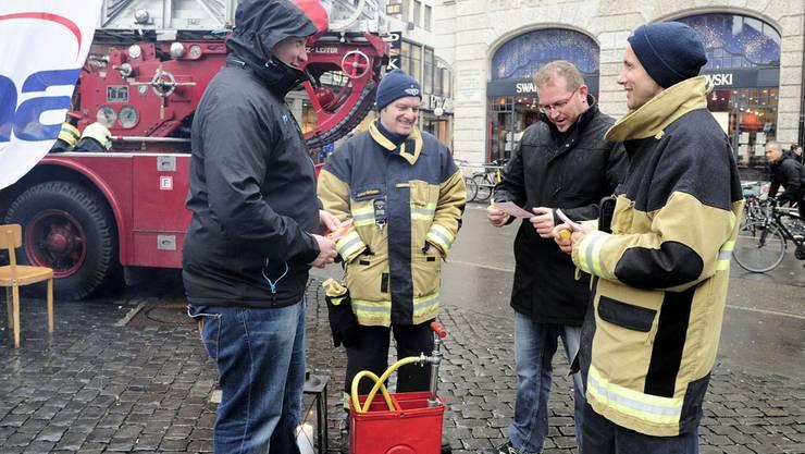 Die Basler Berufsfeuerwehr bei ihrer «Brandwache» auf dem Marktplatz.