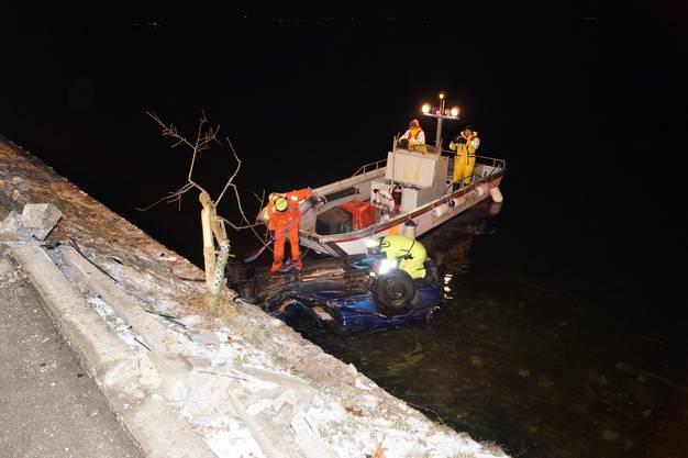 Rettungskräfte können den Lenker (23) und seine Beifahrerin verletzt und unterkühlt bergen.