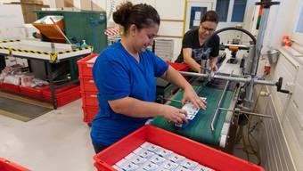 Noch verpacken Mitarbeiterinnen der Wernli AG Verbandmaterial in der Schweiz.