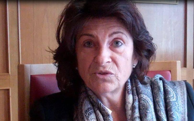 Wettingens Gemeinderätin Antoinette Eckert erklärt die Abstimmungs-Broschüre