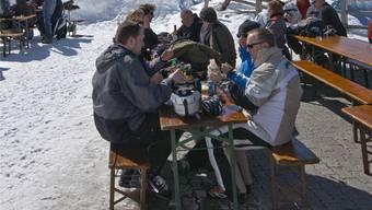 Das Wetter ist wichtiger als Währungsturbulenzen: Wintersportler gönnen sich im Skigebiet von Verbier VS eine Stärkung.