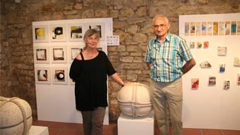 Uschi Roth und Toto Mazzara kreierten die Schlussausstellung in der renommierten Galerie Looberg. Auf für alle gleich grossen Platten erhalten die Kunstschaffenden ihre Chance, Kleinobjekte zu präsentieren. Peter Rombach
