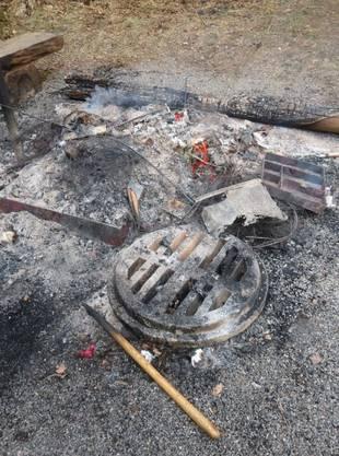 An der Feuerstelle wurde verbrannt, was ihnen in die Hände kam. Auf der Fahrt zur Forsthütte stiessen sie ein Toi-Toi-WC um. Mit einem Pickel schlugen die jungen Männer ein Loch in die Decke.