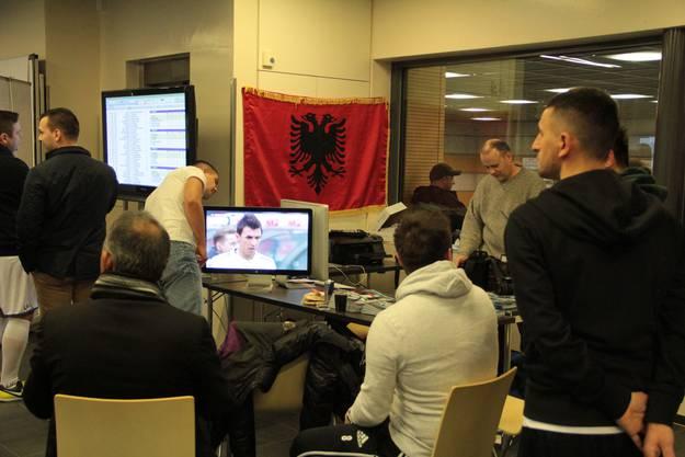 Während in der Halle zum Plausch gespielt wird, können Fussballbegeisterte auch professionelle Spiele im Fernsehen schauen – in passendem Ambiente.