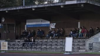 Am Montag kommt es zur Krisensitzung zwischen der Clubleitung und dem Hauptsponsor. Im Bild Tribüne auf dem Sportplatz Wilmatten mit dem Transparent des Sponsors.