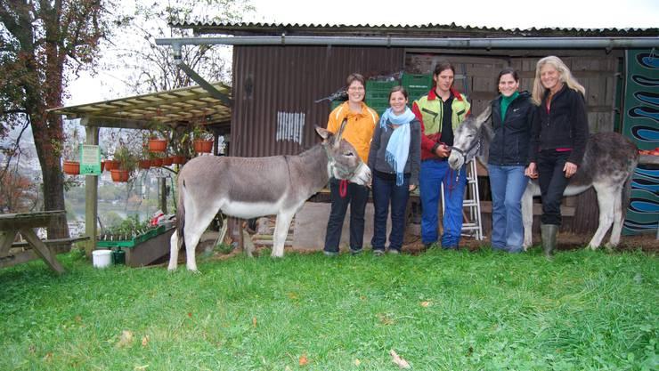 Alpenzeigerhof: Dazu gehören die Geschwister Ursina (links aussen), Anna, Jeremias und Martina Niggli – sowie Mutter Regula Niggli-Lienhard samt ihren Eseln. Fotos: Deborah Balmer