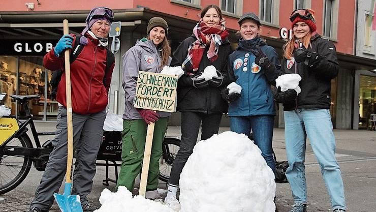 Alexandra Neumann (mit Schild) beim Schneemann-Bau.