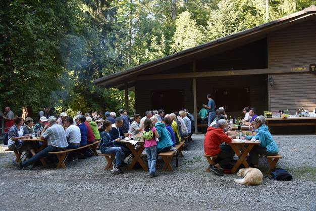 Zum Abschluss bekamen alle Teilnehmenden des Waldumgangs eine Wildschweinbratwurst aus Wildbret des Freienwiler Waldes.