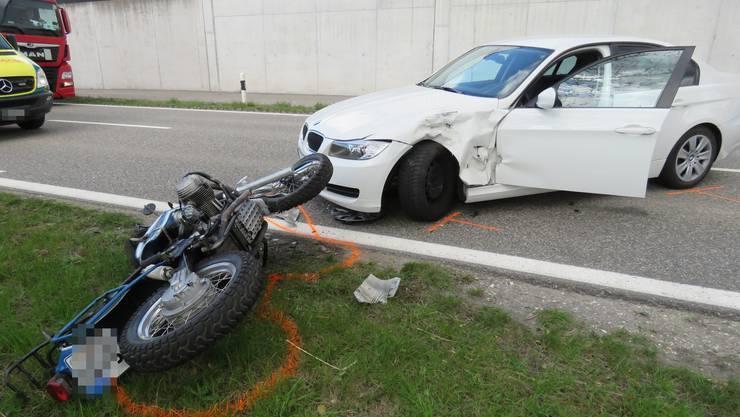 Ein Motorradfahrer überholte am Freitagnachmittag eine stehende Kolonne und kollidierte dabei mit einem Auto, das aus der Kolonne scherte, um zu wenden.