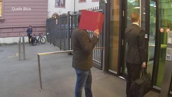 Ein Basler Lehrer hat sich im Internet als Mädchen ausgegeben, um an Nacktbilder von Buben zu kommen. Der 37-Jährige war auch an einer Musikschule im Aargau tätig. Tele M1 hat an der Schule nachgefragt, was die Lehrer zum Vorfall sagen.