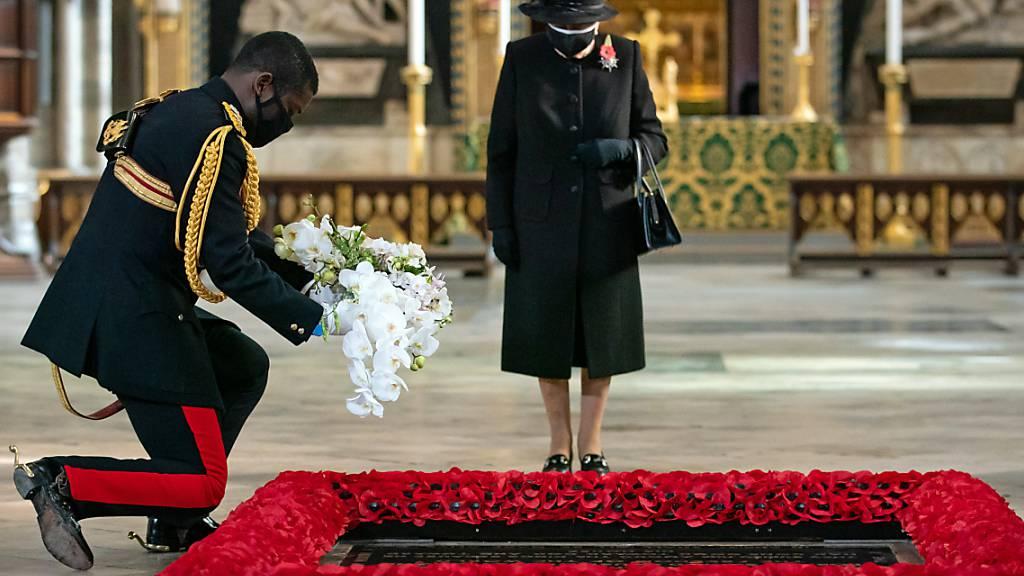 Der Stallmeister der britischen Königin legt im Namen von Königin Elizabeth II. während einer Zeremonie in der Londoner Westminster Abbey ein Blumenbukett am Grab des Unbekannten Soldaten nieder. Die Queen ist erstmals mit Mund-Nasen-Schutz in der Öffentlichkeit aufgetreten. Foto: Aaron Chown/PA Wire/dpa