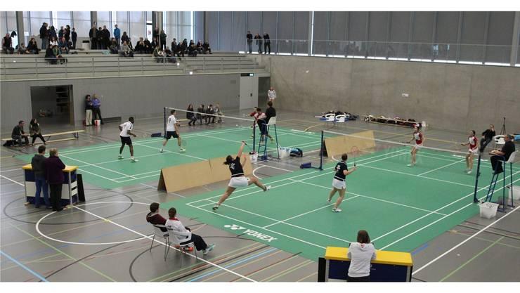 Das letzte Spiel der Saison in der Bunkertsmatt-Halle. Team Argovia siegt im Damendoppel (v.) mit Susanne Keller (l., blau)  und Yvonne Keller gegen Sanya Herzig und Monika Fischer (Solothurn, rot).
