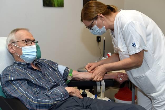 Anton Götschi lässt sich sein Blut seit 52 Jahren abnehmen, seit 40 Jahren im Kantonsspital Baden.