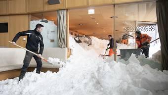 Mühselige Handarbeit: Dutzende Helfer schaufeln das Hotel und das Restaurant auf der Schwägalp vom Schnee frei.