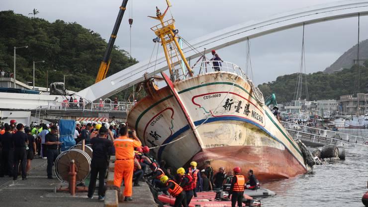 In Taiwan ist eine 140 Meter lange Brücke auf mindestens drei Fischerboote und einen Öltanker gekracht.