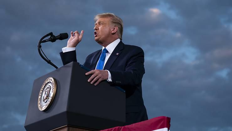 Donald Trump, Präsident der USA, spricht während einer Wahlkampfkundgebung auf dem Flughafen Cecil. Foto: Evan Vucci/AP/dpa