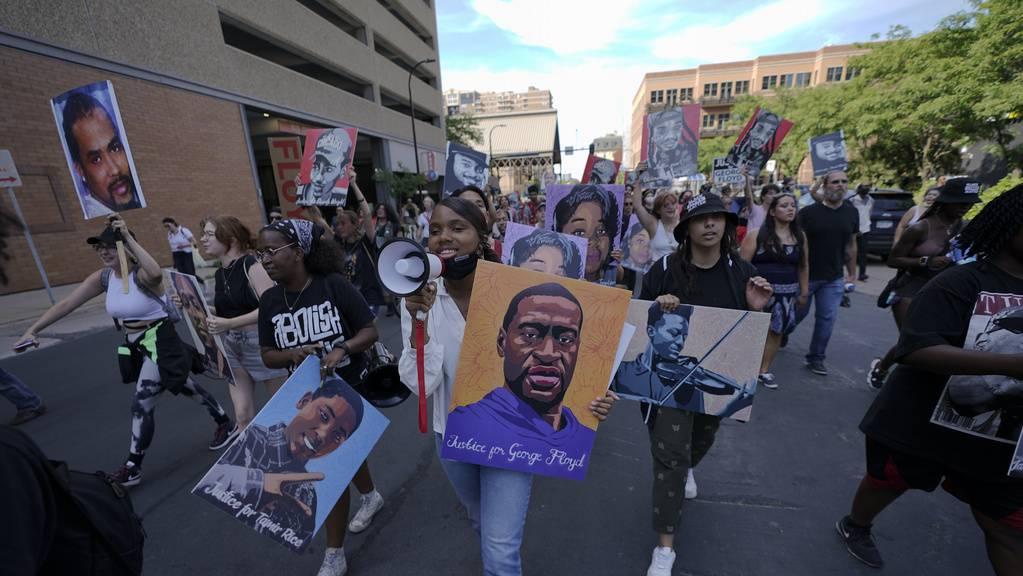 Demonstranten feiern das Urteil gegen den Polizisten Derek Chauvin auf den Strassen von Minneapolis.