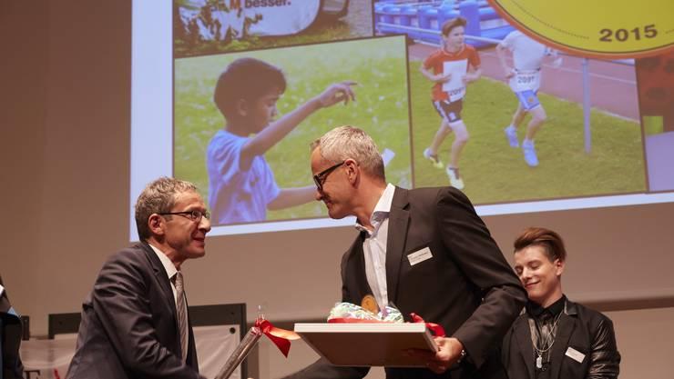 Christoph Wildhaber (rechts), Präsident des Aargauer OL-Verbands nimmt die Gratulationen entgegen.
