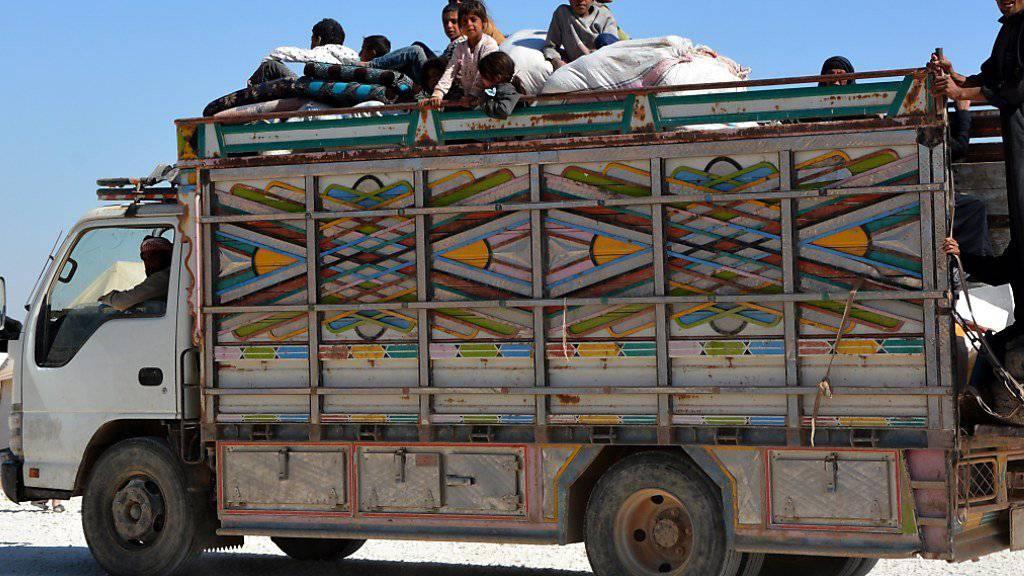 Flüchtlinge aus Dair as-Saur und Al-Rakka kommen in einem Flüchtlingslager an. (Archiv)