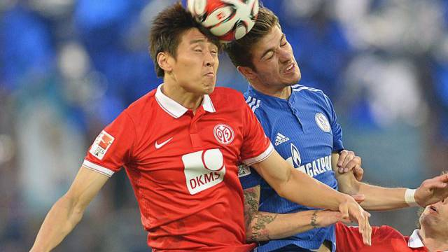 Mainz-Spieler Koo (links) und Schalkes Neustädter im Kopfball-Duell