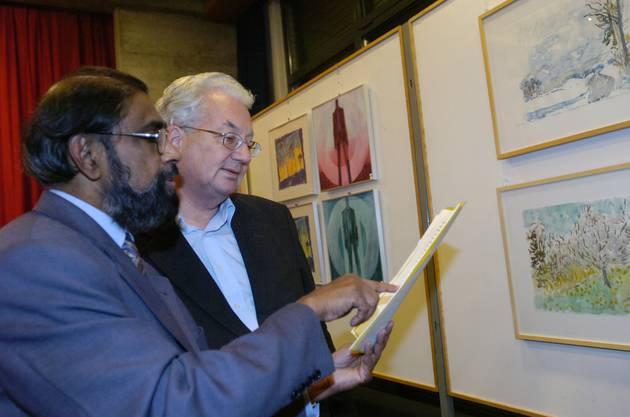 Kunstausstellung zugunsten eines Indien-Projekts im Pfarrsaal St. Marien Solothurn. Pater Antony Kolencherry mit Bischof Martin Gaechter.
