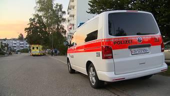 Am Montagnachmittag kurz nach 16.30 Uhr erhielt die Einsatzzentrale der Kantonspolizei Zürich die Meldung, dass in einer Wohnung eines Mehrfamilienhauses eine tote Person liegen würde. Die ausgerückten Kräfte von Polizei und Rettungsdienst fanden in der Wohnung eine leblose 34-jährige Frau vor. Der mutmassliche Täter, ihr 37-jähriger Ehemann, wurde verhaftet.