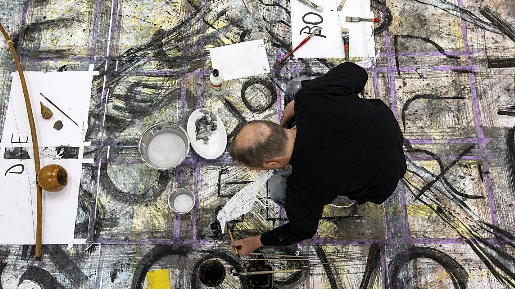 Der Künstler Rainer Otto Hummel arbeitet für das Kunstprojekt «WandnebenWand» in der Kunsthalle Luzern. (KEYSTONE/Alexandra Wey)