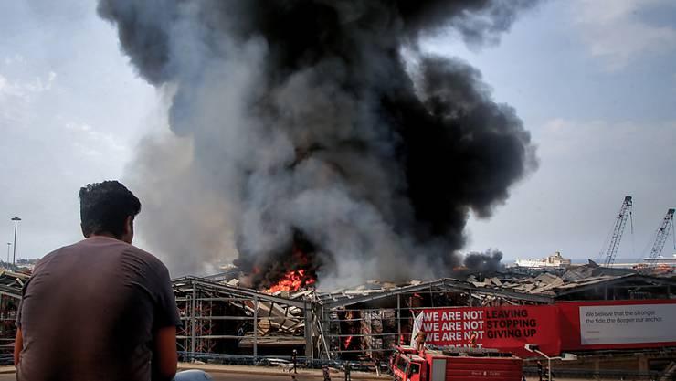 Mehr als einen Monat nach der verheerenden Explosion in Beirut ist im Hafen der libanesischen Hauptstadt erneut ein großes Feuer ausgebrochen. Foto: Marwan Naamani/dpa