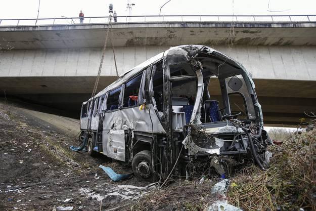 Der Bus kam unterhalb einer Brück zu liegen