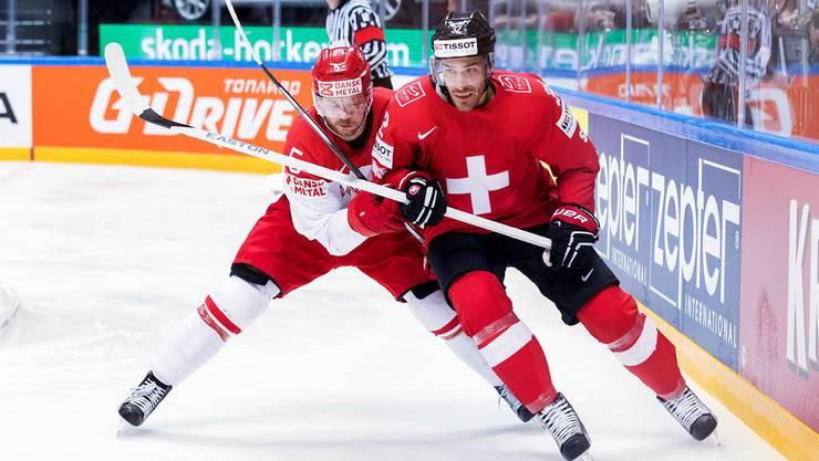 Noah Schneeberger (rechts) liefert sich mit Dänemarks Daniel Nielsen einen harten Zweikampf um die Scheibe.