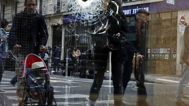 Einschussloch in einem Schaufenster in Paris, wo die Polizei am vergangenen Sonntag einen Messerangreifer erschossen hat. (Archivbild)