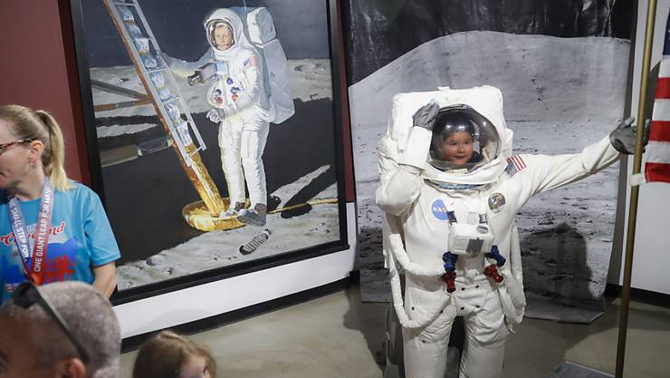 Besucher posieren neben einem Porträt von Neil Armstrong im Armstrong Air & Space Museum: Fünfzig Jahre nach der ersten Landung des Menschen auf dem Mond gedenken US-Amerikaner vielerorts dem historischen Ereignis.