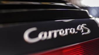 Der Lenker des schwarzen Porsches 911, ein 47-jähriger Schweizer, wurde festgenommen. (Symbolbild)