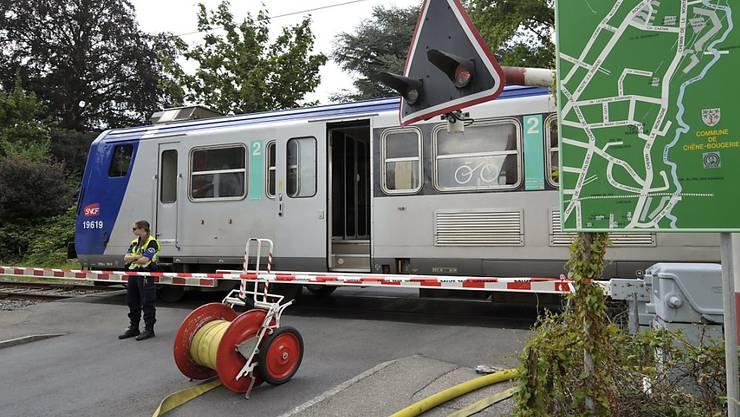 Immer wieder kommt es zu Unfällen, bei denen Autofahrer zwischen geschlossenen Schranken bei Bahnübergänge eingeschlossen werden.(Archivbild)