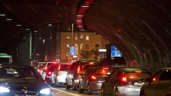 Baden als Zentrumsstadt soll vom motorisierten Individualverkehr entlastet werden. Auf dem Bild der Abendstau am Schulhausplatz in Baden.