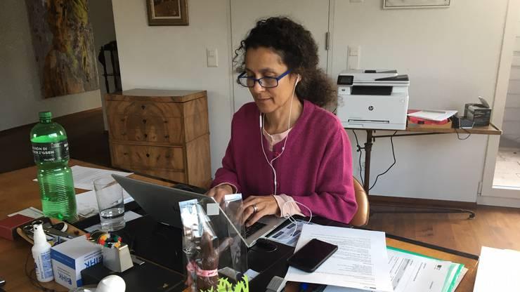 Staatsschreiberin Vincenza Trivigno daheim, per Skype an der Sitzung mit Aarau.