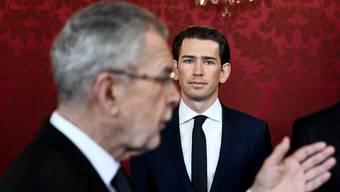 Der neue Regierungschef Österreichs, Sebastian Kurz (rechts) und Bundespräsident Alexander Van der Bellen an der Vereidigung in der Wiener Hofburg.
