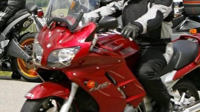 Der Motorradfahrer wurde von einer Autofahrerin übresehen und musste verletzt ins Spital eingeliefert werden. (Symbolbild)