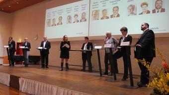 Regierungsrats-Kandidaten im Gespräch mit Jugendparlaments-Vorstandsmitglied Salome Hurschler und Besar Sulejmani von der Junior Business School in der Wirtschaftsschule KV Zürich.