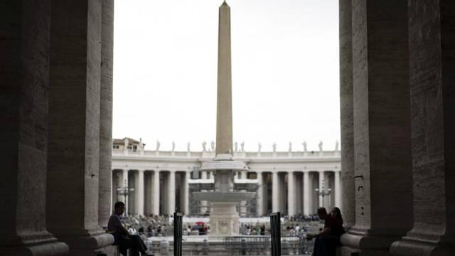 Blick durch die Kolonnaden am Petersplatz in Rom