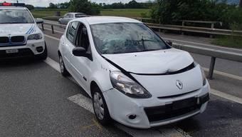 Mit diesem weissen Renault flüchteten die Teenager von der Polizei - bis es zum Auffahrunfall kommt.