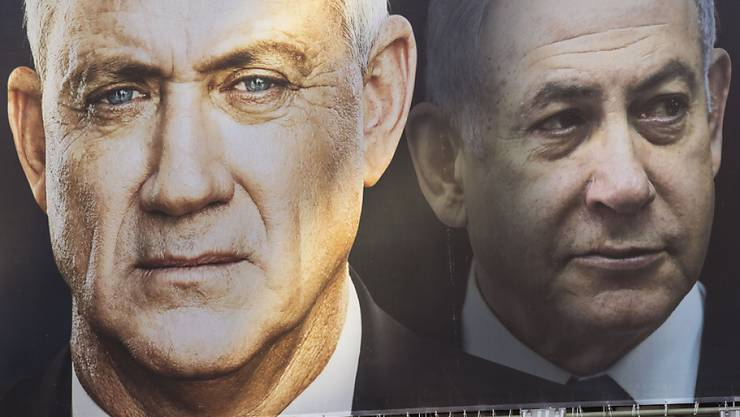 Die israelische Regierung steht - mit Benjamin Netanjahu (rechts) als Ministerpräsident in der ersten Runde, abgelöst später von Benny Gantz.