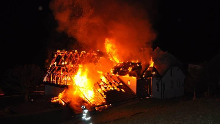 In der Nacht auf Donnerstag brannte in Oberdor ein älteres Wohnhaus mitsamt der Scheune komplett nieder.