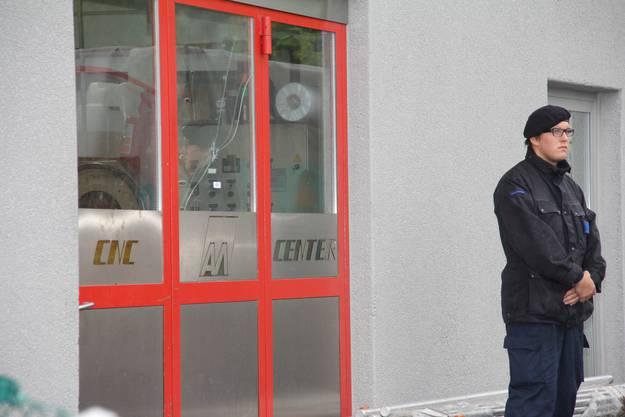 Securitas-Mitarbeiter bewacht den Tatort am Tag danach.
