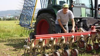 Lukas Weidmann an der Maschine, die ihm hilft, das Unkraut aus dem Hirsefeld zu entfernen.