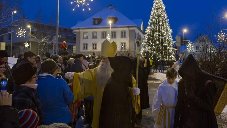 Chlaus und Schmutzli unterwegs auf dem prächtig erleuchteten Wohler Kirchenplatz - Foto  Jiří Vurma