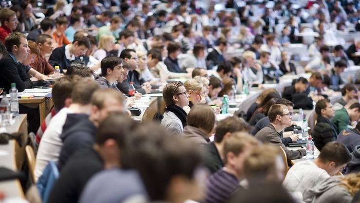Dicht gedrängt im Hörsaal: Künftig dürfen auch die besten Mittelschüler in Vorlesungen der Universität Zürich sitzen.