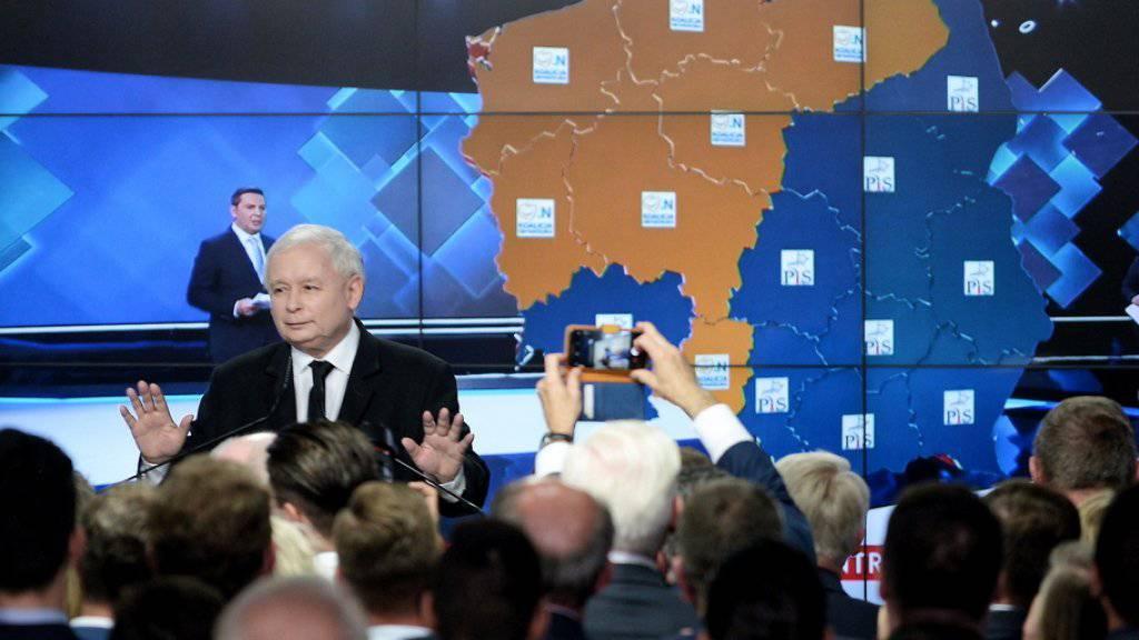 PiS-Parteichef Jaroslaw Kaczynski spricht am Sonntagabend in Warschau zu Wählern.