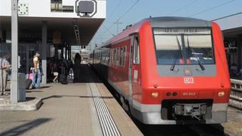Komposition der Deutschen Bahn auf der deutschen Hochrheinstrecke mit Fahrziel Ulm.