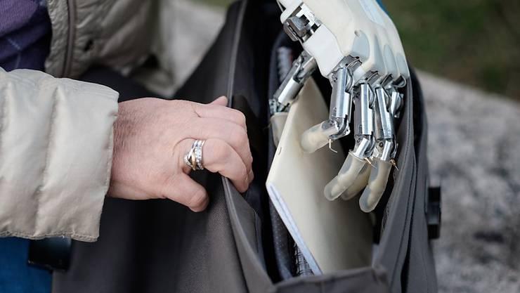 Neuartige Handprothesen geben Rückmeldung ans Gehirn und damit mehr Gefühl. Bis zum Alltagseinsatz braucht es jedoch Weiterentwicklungen.